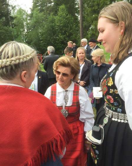 MØTE: Dronning Sonja er opptatt av kvinner i politikken. Her hilser hun på Løten-ordfører Bente Elin Lilleøkseth og Anna Lavinia Hafslund.