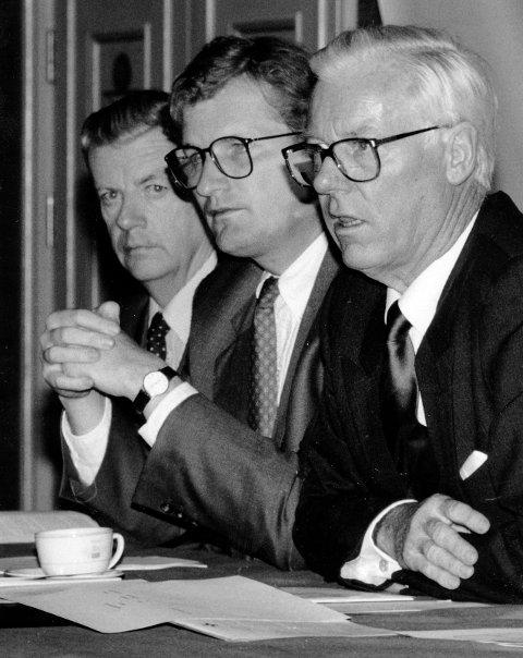 FARVEL MED KOSMOS: Styrebordet under generalforsamlingen i 1989, der Morits Skaugen jr. (i midten) får kontroll over Kosmos. Til venstre sitter direktør Per Etholm, til høyre styreformann Egil Abrahamsen. Selskapet ble oppløst og slettet i løpet av året.