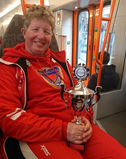 POKAL: Anne Randi Nilsen fikk med seg den store pokalen hjem etter seieren på 100 meter kvinner. Alle foto: Privat