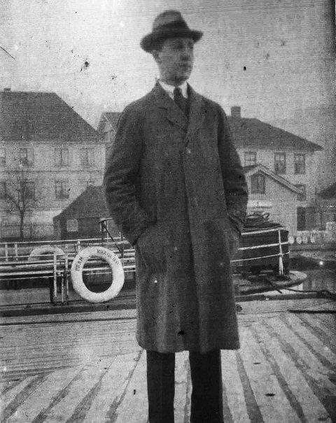 På Dampskipsbrygga tidlig på 1900-tallet: En ukjent person står på Dampskipsbrygga og kikker utover Bærøfjorden. Trolig venter han på kystruta. Det interessante er det man ser bak mannen. Der ligger den lille passasjerbåten «Fram» som tilhørte Kragerø Fjorddampskipsselskap, som selskapet het på den tiden. «Fram» ble innkjøpt  1899 og solgt videre i 1914 til nye eiere i Larvik.