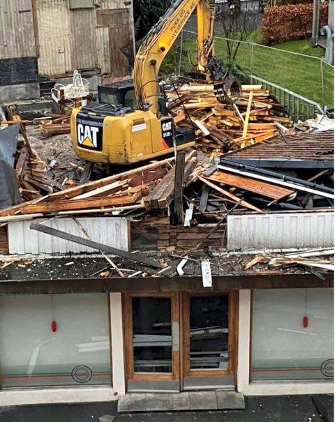 RIVES: Pukk og Graveservice Drift i Stokke vil brukes en ukes tid på riving og sanering av eiendommen.