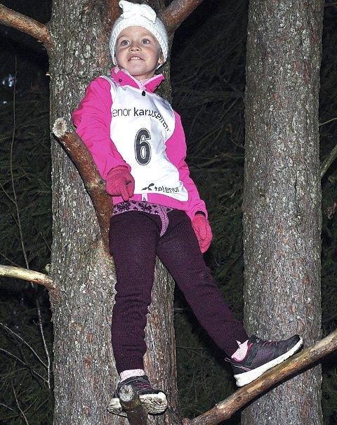 HØYT OPPE: Olea Jahren varmet opp med treklatring.
