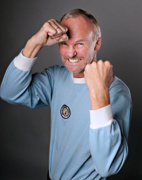 HELT BLÅ: For Nils A. Martinsen er det lyseblått som gjelder for den trofaste Manchester City supporteren. Foto: Erik Hagen