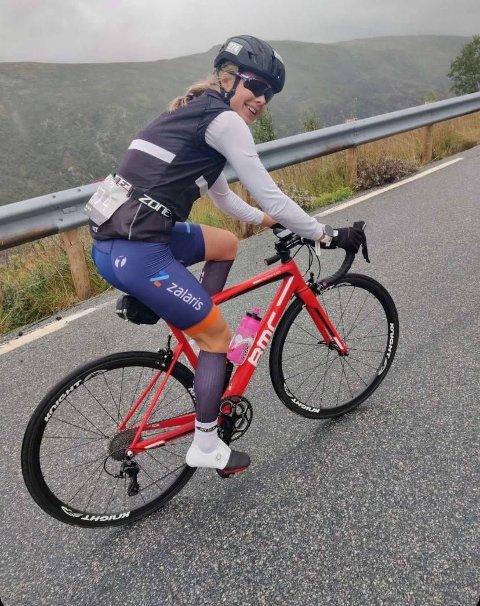 94 KILOMETER: Her er Ine godt i gang med sykkeldelen.