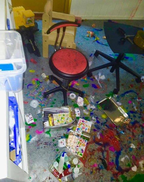 GRISERI: De ansatte ble møtt av dette synet. Hærverket har skjedd i flere av barnehagens rom.