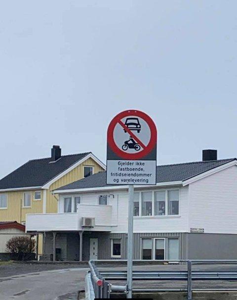 Dette skiltet har skapt uenigheter på Smøla.