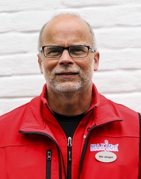 Ole Jørgen Lind er daglig leder på Maximat på Nordby og er grensependler. Han gir kritikk til lokalpolitikerne i Halden på hvordan de har håndtert grensependler-situasjonen de siste 15 månedene.