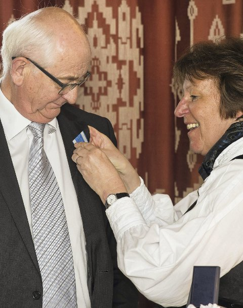MEDALJE: Ordføreren festet St. Hallvard-medaljen på den pensjonerte Obos-sjefen. 8FOto: Oslo kommune/8Sturlason