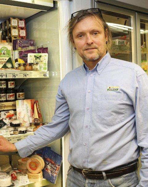 Liten butikk: Stein-Erik Iversen forbereder sommeren. Foto: Nina Blix