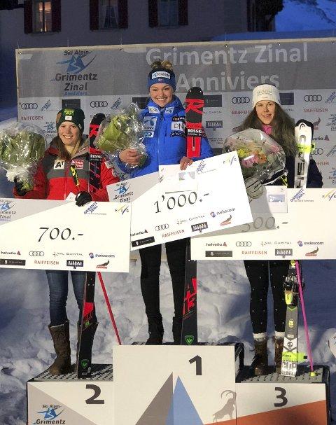 PÅ TOPPEN: Thea Louise Stjernesund (i midten) vant for første gang i europacupen i sveitsiske Zinal. Her på seierspallen med Katharina Liensberger fra Østerrike (t.v.) og Aline Danioth fra Sveits