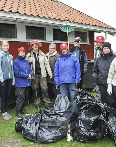 Mye søppel: Dette er bare noen av de rundt 20 personene som deltok på strandryddinga på Olavsberget i Porsgrunn lørdag.