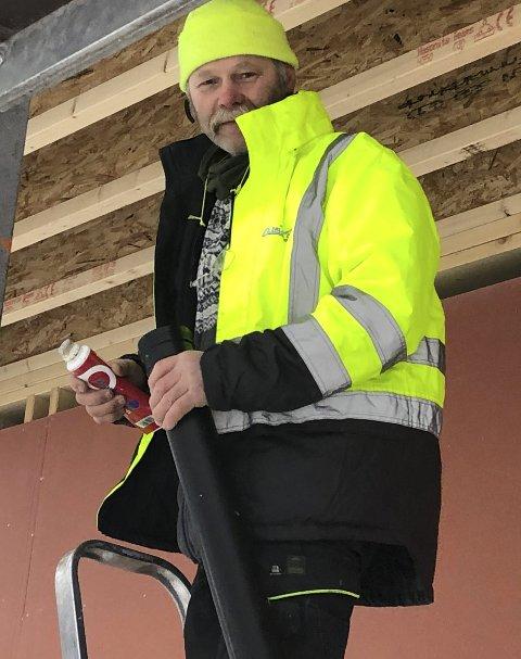 Robust rørlegger: Snø og vind i januar skremmer ikke Morten Løvdal. Foto: Anne Dehli