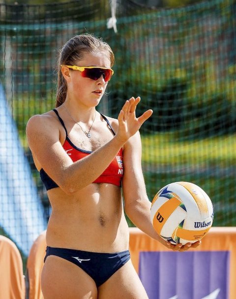 I aksjon: Frida Berntsen har vært aktiv i sandvolleyball i flere år, og har tre NM-titler i ungdomsklassene. Privat foto
