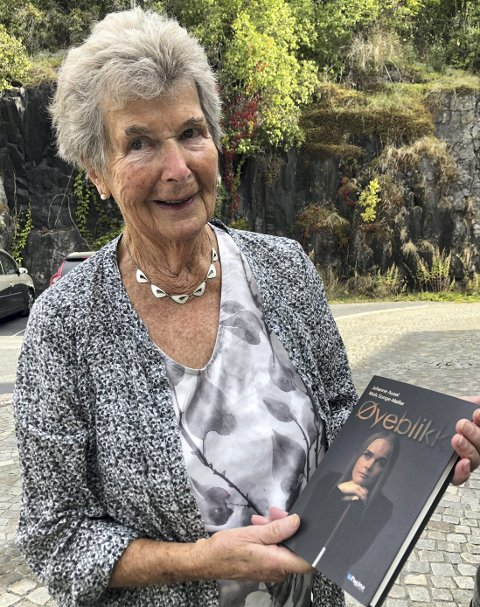 Ingeborg Helene Ausel er stolt av alle barnebarna sine. Men akkurat nå er det et spesielt fokus på Johanne Ausel (21) som er aktuell med bok.