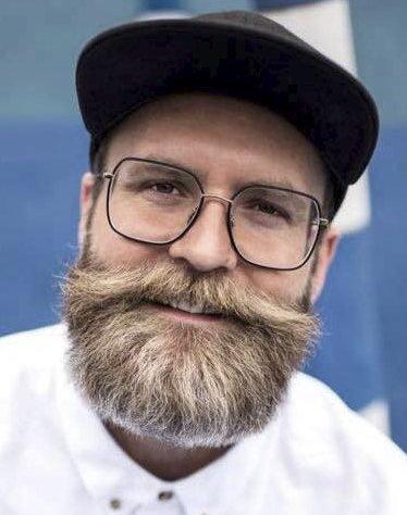 BOK: Adam Schjølberg ga i september ut boken «Mannual» og reiser nå rundt og holder foredrag om å være mann.
