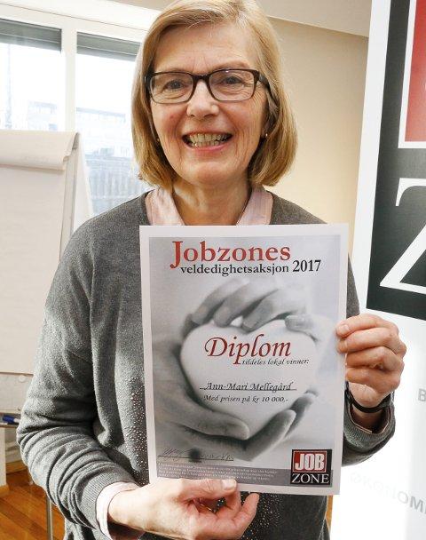 HEDRET: Ann-Mari Mellegård fikk Veldedighetsprisen 2017 av Jobzone Ski og Moss for sin mangeårige innsats for psykisk helse i Follo. Nå kan du hjelpe henne et steg videre.