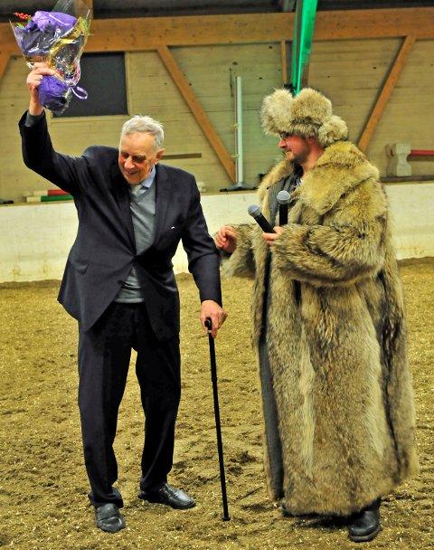Det var en rørt Knut V. Rimstad som fikk sin velfortjente hyllest da han ga ulveskinnspelsen videre til Kenneth Svendsen.