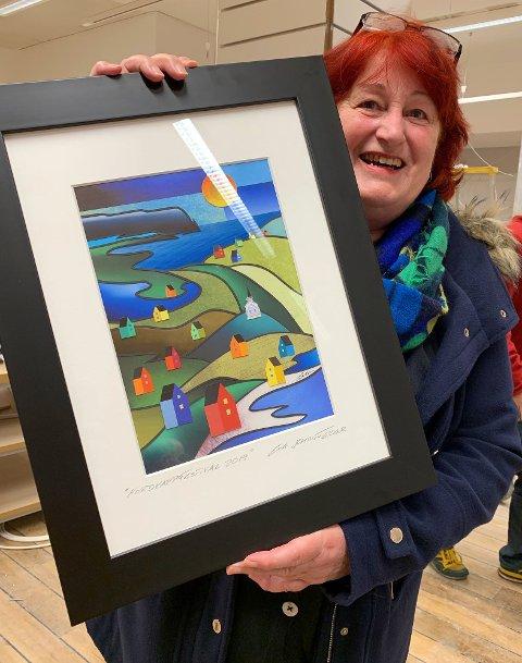 Kunstner Eva viser her frem årets bilde som skal pryde Nordkappfestivalplakaten.