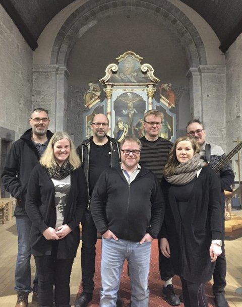 Lokalt: Sangere og musikere fra Herøy opptrer i kirka.
