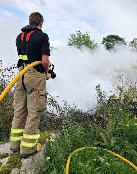 Brannmannskaper måtte slokke et større bål på en øy i Færder kommune torsdag kveld.