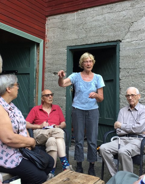 Levende fortellinger: Reidun Dølehuset tar de besøkende med på en reise i møllas historie.
