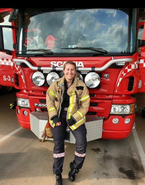 Marte Sjøblom fra Begby elsker jobben som brannkonstabel. Nå frykter hun for fremtiden. Foto:Privat