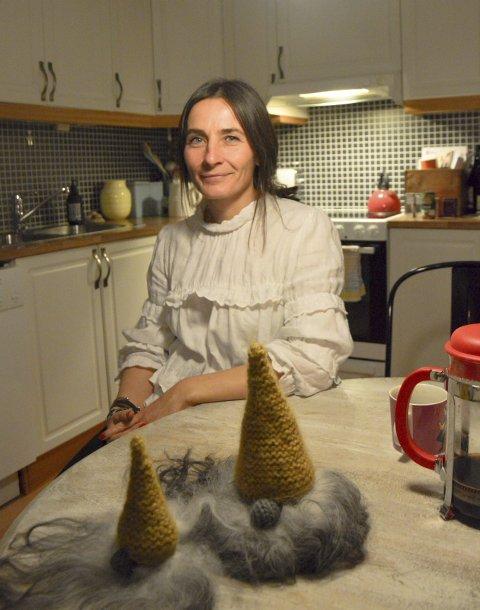 KREATIV: Leona Folde med egenlagde nisser på kjøkkenbordet.
