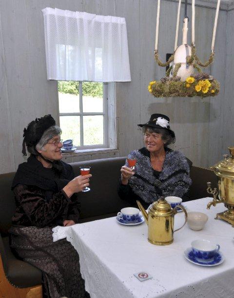 TE MED DITLEVINE: Nora Nyhagebråten og Liv Nøkleby har funnet seg til rette i amtmanninnens eget lysthus.
