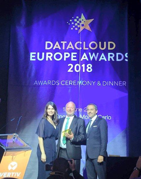 """PRIS: Knut Molaug (i midten) mottar pris for """"Årets datasenterleder"""". Overrekkelsen skjedde  i Monaco."""