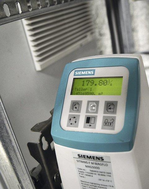 I snitt renner 140 liter vann per sekund inn i pumpestasjonen. Men i dag, litt mer.
