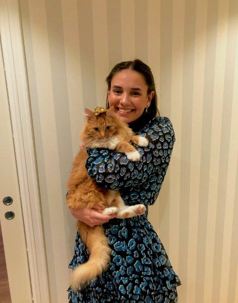 STORT SAVN: Celine Helen Røyeng sin katt er sporløst forsvunnet. Nå håper hun på flere tips i saken.
