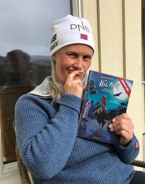 Grublar: Biblioteksjef Marianne Riste ved Vang folkebibliotek med «Mordet i hønsegården». Krimboka er for born, men kan også vere morosam underhaldning for dei vaksne.