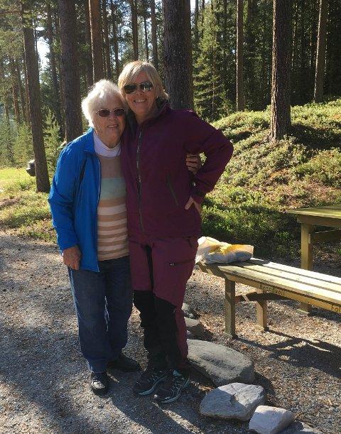 FLOTTEDAMERved Jennys Promenade oppkalt etter t.v Jenny Trønnes, her er hun sammen med stiforvalter Bente Helen Rønning.