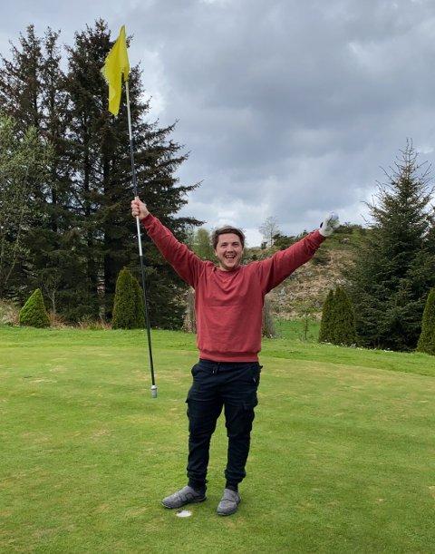 JUBLER FOR BRAGD: Mathias Aase (24) er relativt fersk på golfbanen. Tirsdag klarte han noe ingen har klart før ham på hull 5 i Haugaland Golfpark på Kolnes.