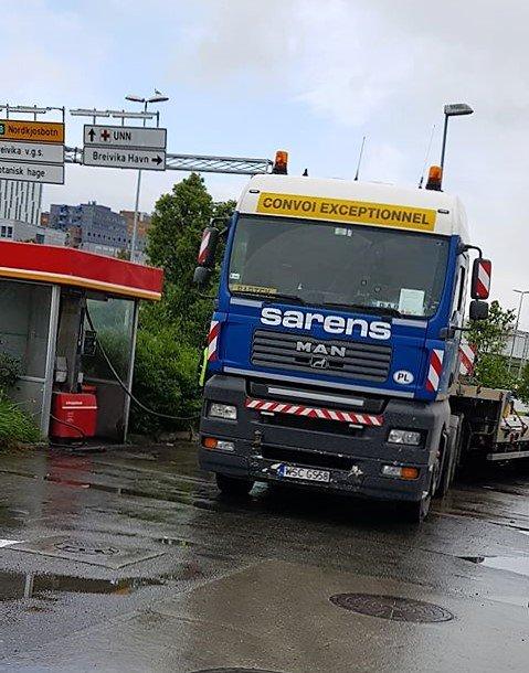 AVGIFTSFRI: Her fyller lastebilen avgiftsfri diesel i formiddagstimene torsdag.