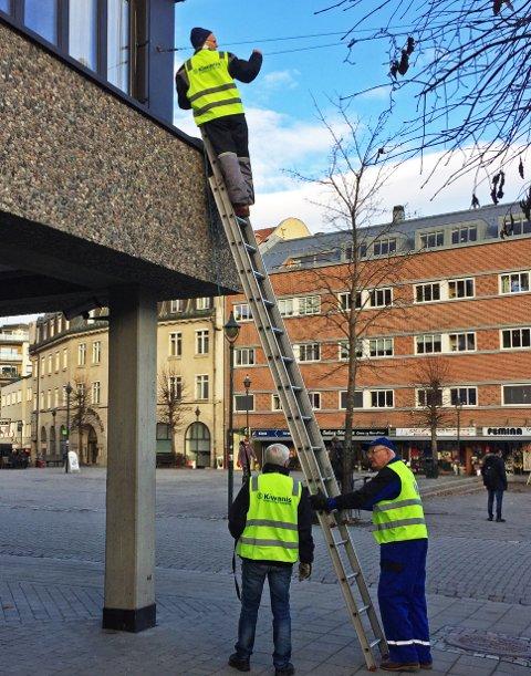 Julelys: Ingebrigt Rygg, Jan Erik Grønvold og Dagfinn Erlandsen strekker lyslenken mellom Interoptik og Sparebank1 Ringerike Hadeland ved Søndre torg.8Foto: Privat