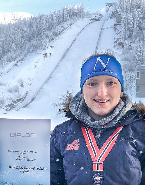 FERSK MEDALJE: Heidi Dyhre Traaserud tok bronse da Junior NM hopp for kvinner ble arrangert i Vikersund lørdag.