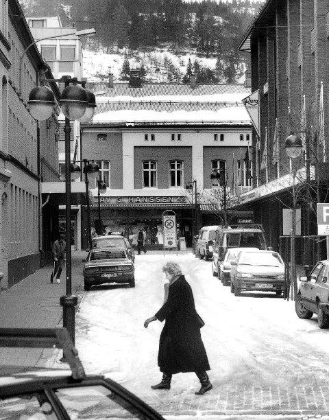 Nygata: En gatestump som gikk fra Nedre Storgate forbi Lyches magasin (t.v.) til Nedre Strandgate. Gata knyttet elva til Nedre Storgate.