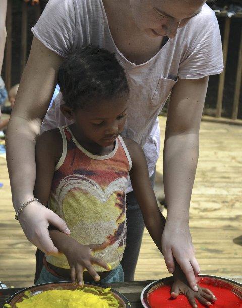 God kontakt: Eline og et av barna på barnehjemmet. foto: Andrea Eiken.