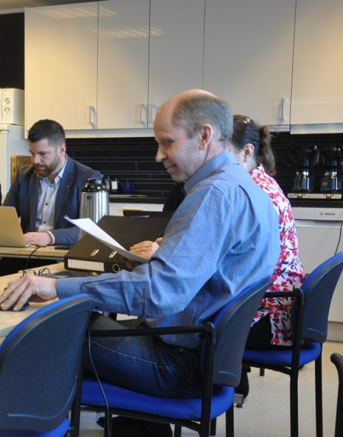 KARANTENE: Hans Fredrik Sørdal (bak) er kritisk til at ordfører Trond Kroken gikk ut med sin mening om Lofotens karantenebestemmelser. - Det har skapt uro, hevder Sørdal.  Arkivfoto