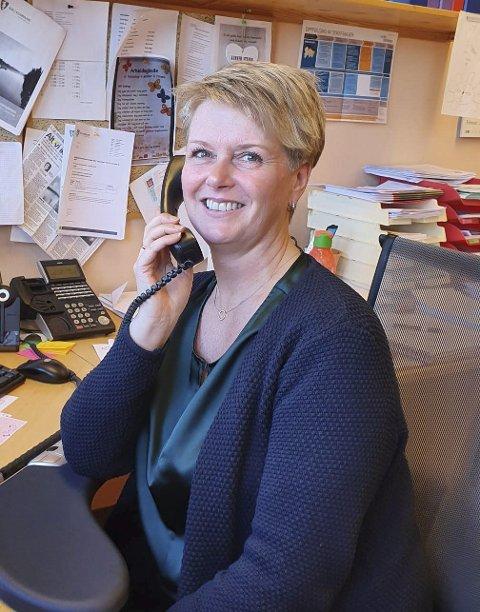 Alltid på alerten: Laila Nylund er enhetsleder for helse og omsorg i Åmli kommune. Hver gang telefonen ringer er hun klar for å rykke ut til koronasmitte, men foreløpig er Åmli en av få kommuner som ikke har hatt noe særlig smitte. – Det kan snu i morgen, sier enhetslederen. Foto: privat