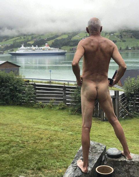 Svein Ingvald Opdal er irritert på all cruisetrafikken på fjordene, og gjennomførte derfor en spontan naken protest på besøk i Olden.