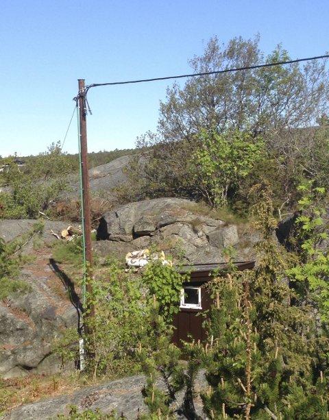 Portørveien: Denne stolpen er en del av anlegget på Arthur W. Nordlies eiendom som Kragerø Energi nå må fjerne.