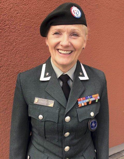 Fikk medalje: Major Beathe-Kristin Andestad bosatt i Hønefoss siden 1985,  hadde 40-års tjeneste i Forsvaret bak seg 1. juli 2017.   Dagen før fikk hun Forsvarsmedaljen tredje stjerne.