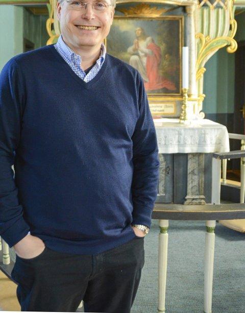 Glad i å være prest: Gunnar Lindtveit synes Vegårshei kirke er fin innvendig, selv om bygget ar noe mer upraktisk enn arbeidskirken han var vant til.Foto: Mette Urdahl