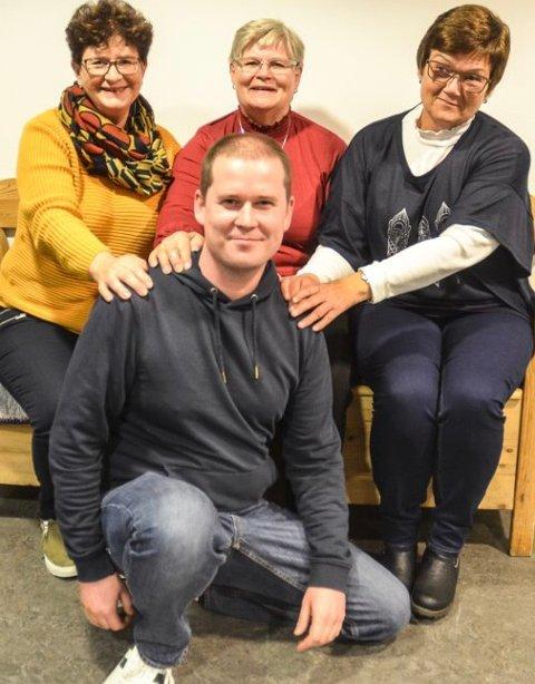 SLÅR SEG SAMMEN: May Kilde (bak t.v.), Wenche Aamodt og Kirsten Holtet i Løken sanitetsforening er glade for å kunne hjelpe initiativtaker Morten Rognan med Julehjelpen i Aurskog-Høland i år.