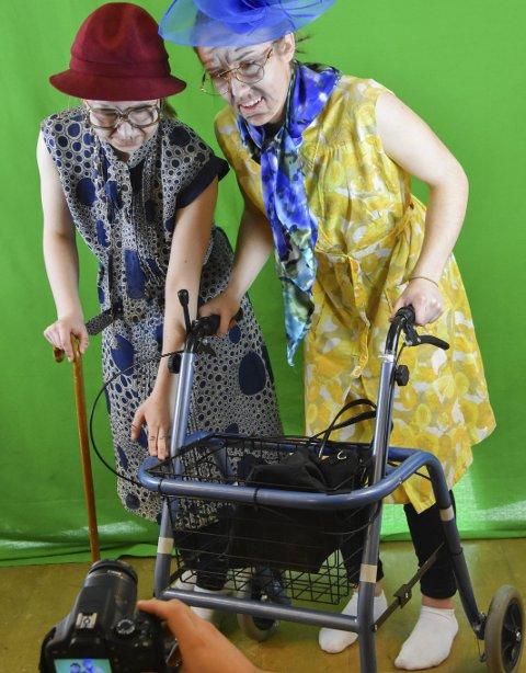 Greenscreen: Gabriela og Hedda i fullt kostyme, som gamle damer med rullator. Nå som elevene har egen greenscreen, åpner det seg en ny verden for videoinnslagene.Foto: Mette Urdahl