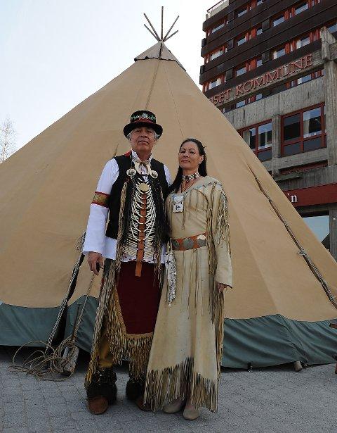 Cree-indianer Ken sammen med Ann Loui ved lavvoen.