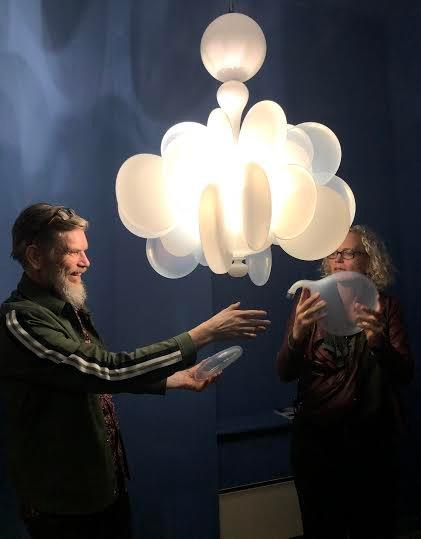 PRIS: Vidar Koksvik fikk Finn Erik Valsos minnepris for denne lysekrona. Her finjusterer Koksvik og Kari Håkonsen kunstverket.