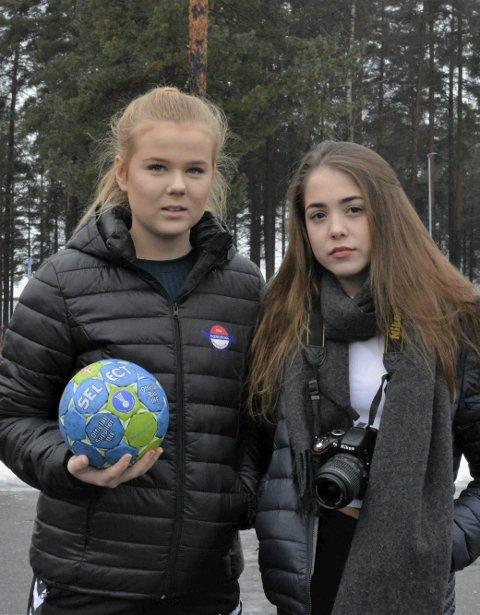 Frida Stenersen (15) og Sofie Bogen (15) frykter at de kan miste utdanningstilbudet.